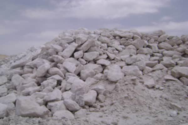 Груды камней на месторождении минерала.