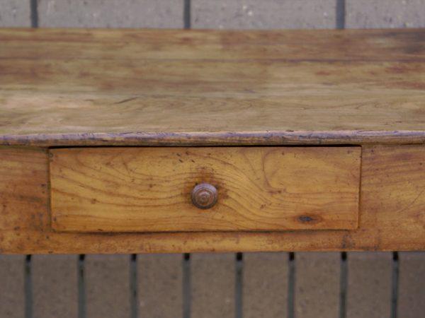 На иллюстрации изображен столик из древесины груши