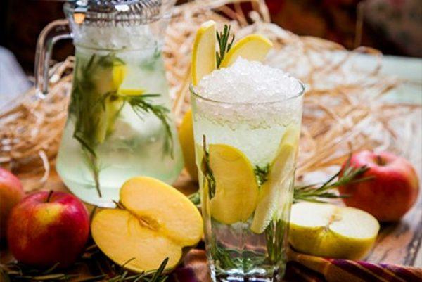 Безалкогольный коктейль с яблоком и пряными травами